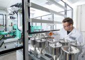 Hitzestabilität in kundenspezifischen Kunststoffanwendungen im Technikum automatisiert testen. (Bildquelle: Lanxess)