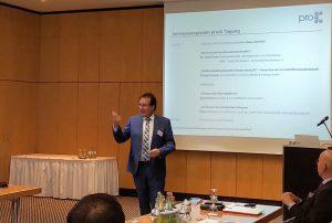Pro-K Vorstandsvorsitzender Klaus-Uwe Reiß begrüßt alle Vereinsmitglieder. (Bildquelle: Pro-K)