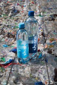 Eine 0,5-Liter- sowie eine 1,0-Liter-PET-Flasche aus 100 Prozent Rezyklat wurde erfolgreich in den Markt gebracht. (Bildquelle: share/Victor Strasse)