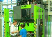 Blick in die Produktion mit der neuen Vertikal-Spritzgießmaschine mit Rundteller (Bildquelle: Weiss)