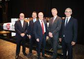 Die Geschäftsleitung von Lehmann & Voss & Co. mit Ehrengast vor dem 3D gedrucktem Segelboot: (v.l.n.r)  Aage Barfuß, Soenke Thomsen, Dr. Peter Tschentscher  (Erster Bürgermeister der Stadt Hamburg), Knut Breede, Dr. Thomas Oehmichen (Bildquelle: LuV)
