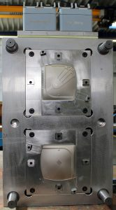 Blick in beide Werkzeughälften zur Herstellung des Eiskratzers. Die Indexplatte wird durch einen Servomotor und ein Zahnrad dynamisch bewegt. (Bildquelle: Weber)