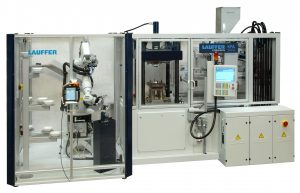 Dass komplexe Anwendungen mit nachgeordneten Bearbeitungsschritten trotzdem kompakt bleiben können, zeigt die Paketlösung einer Fertigungszelle rund um diesen Pressautomaten. (Bildquelle: Lauffer)