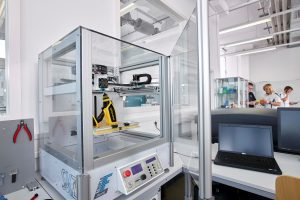 Mit dem 3D-Drucker Triple FFF Mini werden die Prüfkörper hergestellt. (Bildquelle: SKZ)