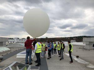 Die Schüler lassen den Wetterballon auf dem Dach des Unternehmens steigen. (Bildquelle: Lamilux)