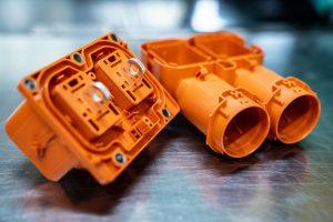 Mechanisch hochbelastbarer Batteriehochvoltstecker aus orange eingefärbtem Polyamid. (Bildquelle: Lanxess)