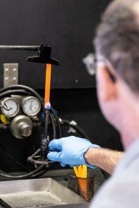 Zu den normkonformen Flammschutzprüfungen, mit denen Entwicklungspartner im Rahmen von HiAnt unterstützt werden, zählen auch UL-Tests zur vertikalen Flammausbreitung. (Bildquelle: Lanxess)