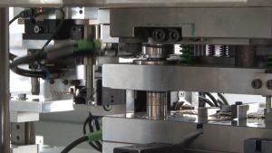 Abholen der Einlegeteile zum Einlegen ins Werkzeug. (Bildquelle: IFK Automation)