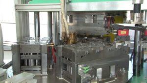 Ansicht des Spritzgießwerkzeugs auf dem Drehteller der Spritzgießmaschine. (Bildquelle: IFK Automation)