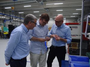 Diskussion 1: Hubertus Franckenstein, Patrick von Twickel und Thomas Dolansky (von links) überzeugen sich von der Qualität der gespritzten 2K-Schlussringe. (Bildquelle: Simone Fischer/Redaktion Plastverarbeiter)