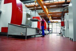 Hohe Fertigungstiefe: Der Maschinenpark des Unternehmens umfasst unter anderem Fräszentren, Tieflochbohrzentren (Bild) und Dreh/Fräszentren. (Bildquelle: Ewikon)