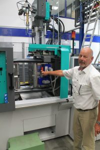 Hans-Peter Resler, Technical Advisor LIM bei Enbi Plastics BV, erklärt die Besonderheiten der LSR-Verarbeitung. (Bildquelle: Harald Wollstadt)