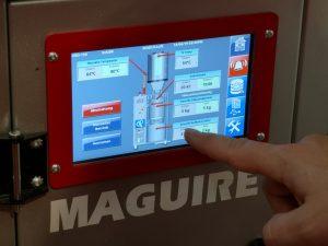 Die Einstellung der Vakuumtrockner erfolgt an einem übersichtlichen Touchscreen. Wichtige Prozessinformationen, wie etwa Durchsatz und Energieverbrauch, sind jederzeit verfügbar. (Bildquelle: Ralf Mayer/Redaktion Plastverarbeiter, Maquire)