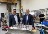 Dr. Stefan Eimeke (links) und Dr. Martin Wilhelmi, beide Geschäftsführer von Ewikon (Bildquelle: Ralf Mayer/Redaktion Plastverarbeiter)