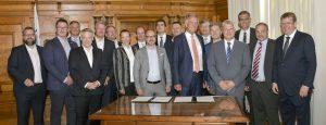 Prof. Drechsler (Mitte, rote Krawatte) unterzeichnete mit weiteren Unternehmensvertretern das UAM-Manifesto of Intent im Historischen Sitzungssaal in Ingolstadt. (Bildquelle: Stadt Ingolstadt/Rössle)