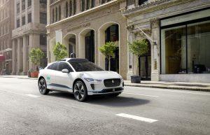 Ein autonomes Fahrzeug des Technologieentwicklers Waymo fährt auf den Straßen San Franciscos. Vollautonome Fahrzeuge könnten schon 2030 auf vielen Straßen in den USA zu sehen sein. (Bildquelle: Waymo)