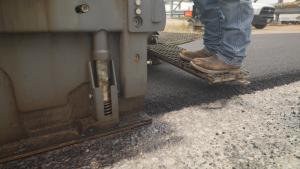 Dow pflasterte im Februar zwei Straßen auf seinem Fabrikgelände in Texas mit einem Gemisch aus einem speziellen Asphaltmodifiziermittel und LLDPE-Abfällen. Dies könnte sich zu einem viel genutzten Verfahren für das Recycling von Verbraucherabfällen entwickeln. (Bildquelle: Dow)