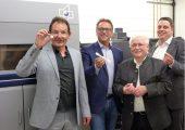 Freuen sich über die neue Anlage: (v.l.n.r.) Prof. Volker Altstädt (NMB), Robert Hofmann (Robert Hofmann GmbH), Klaus Krauß (Fördervereinigung Neue Materialien) und Dr. Thomas Neumeyer (NMB) (Bildquelle: NMB)