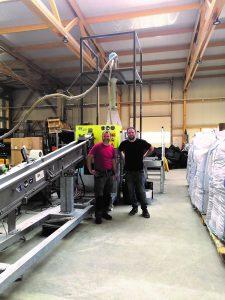 Tibor Blunar (links), Produktionsleiter bei Recoplast, und Philippe Becsey, Inhaber und Geschäftsführer von Recoplast freuen sich über die neue, voll automatisierte IPS-Stranggranulieranlage. (Bildquelle: Recoplast)