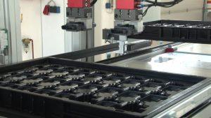 Automatisiertes Verpacken der gefertigten Sensorgehäuse. (Bildquelle: IFK Automation)