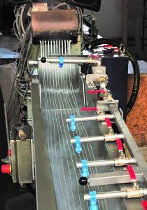 Produktionsstart – PA 6.6 mit 10 % Flammschutz: Die Polymerstränge werden automatisch vom Stranggießkopf über die Strangkühlrutsche und das anschließende Strangtransportband zum Stranggranulator geleitet. (Bildquelle: IPS)