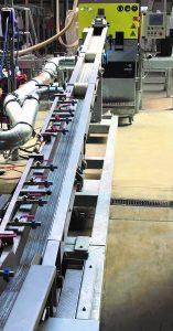 Strangförderband mit zusätzlicher Kühlmöglichkeit der Polymerstränge mit Prozesswasser und anschließender 2-facher Strangabsaugung inklusive Strangförderwalzen: Die Polymerstränge werden auch bei Strangabrissen sicher zum Stranggranulator geführt und dort zu regelmäßigem Zylindergranulat geschnitten. (Bildquelle: IPS)