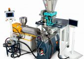 Compoundierkonzept als Kombination aus konischem Gleichlauf-Doppelschneckenextruder als Additiv-Förderer und Einschnecken-Sidefeeder zur Polymerzugabe (Bildquelle: MAS)