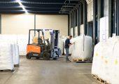 Das Unternehmen bietet für die Kunststoffindustrie ein breites Spektrum an Dienstleistungen von der Lagerung über den Transport bis hin zu produktionsvorbereitenden Tätigkeiten. (Bildquelle: SHT)
