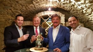 Feierstunde mit Firmengründer Josef Haidlmair (2.v.r.) und seinen Söhnen Mario (l.) und Rene Haidlmair (r.). (Bildquelle: Haidlmair)