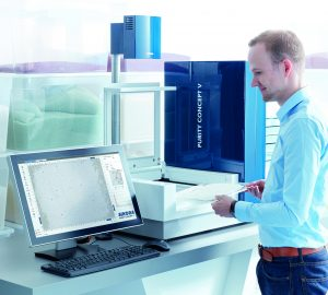 Das Laborprüfsystem wird zur optischen Stichprobeninspektion von Kunststoffgranulat eingesetzt. (Bildquelle: Sikora)