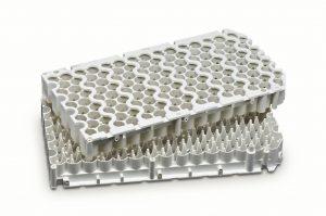 Der Zellhalter ist dank eines flammgeschützten PBT+ASA-Blends besonders dimensionsstabil und erfüllt strenge Anforderungen hinsichtlich chemischer Resistenz, Wärmestabilität und Schlagzähigkeit. (Bildquelle: Lanxess)
