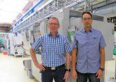 Andrej Gossen (r.) und Rainer Koops sind sich einig darüber, dass die niedrigeren Wartungskosten den höheren Anschaffungspreis der eingesetzten Temperiergeräte zügig ausgleichen. (Bildquelle: Stefanato Group)