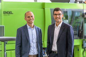 Reto Zürcher, CEO von HB-Therm, (links) und Dr. Stefan Engleder, CEO von Engel, freuen sich über ihre erfolgreiche Zusammenarbeit. (Bildquelle: Engel)