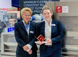 Valeska Haux, Vice President Corporate Marketing, und Kim Hüther, Produktmanagerin Traysealer, freuen sich über den Deutschen Verpackungspreis. (Bildquelle: Multivac)