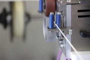 Ein extrudiertes Filament verlässt den Compunter. (Bildquelle: Fraunhofer Umsicht)
