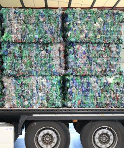 Im Handel abgegebene PET-Einwegflaschen werden in Ballen zum Recyclingwerk transportiert. Dadurch können Lkw die Flaschen platzsparend befördern. (Bildquelle: Forum PET)