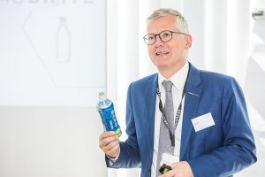 Manfred Hackl erläutert die Bottle-to-Bottle Technologie. (Bildquelle: Borealis)