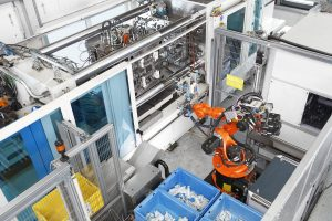 Auf einer Wendeplattenmaschine werden die Türschlossgehäuse produziert. (Bildquelle: Krauss Maffei)