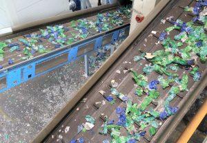Im Recyclingwerk werden die PET-Ballen aufgebrochen und die Vorsortierung trennt Fremdstoffe vom PET. Die einzelnen Flaschen werden nach Farben sortiert und gewaschen. (Bildquelle: Forum PET)
