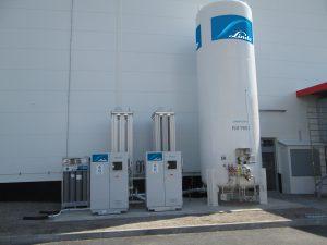 Das Kernstück der Gas- Injection-Moulding genannten Technologie im Werk Ostrov: der Hochdruckverdichter, der mit flüssigem Stickstoff aus einer Tankanlage versorgt wird. (Bildquelle: Linde)