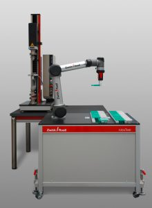 Das Robotersystem bei der bestückung einer Prüfmaschine (Bildquelle: Zwick Roell)