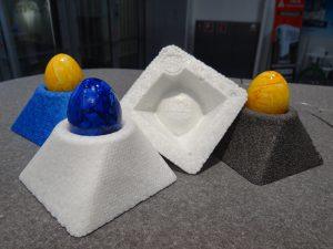 Weiße Eierbecher aus bioabbaubarem Partikelschaum. Im gleichen Werkzeug wurde auch EPP (blau) und m-PPE (grau) verarbeitet. (Bildquelle: Simone Fischer/Redaktion Plastverarbeiter)
