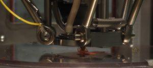 FLM-Drucker beim Herstellen eines Implantates unter Reinraumbedingungen. (Bildquelle: Simone Fischer/Redaktion Plastverarbeiter)