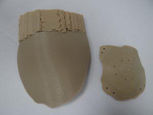 """Die linke Schädelplatte wurde mit einer feinen Düse gedruckt und besitzt im Vergleich zu der """"Standardplatte"""" eine sehr glatte Oberfläche. (Bildquelle: Simone Fischer/Redaktion Plastverarbeiter)"""