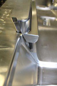 Die beidseitigen Hinterschneidungen am Bauteil erforderten ein Thermoformwerkzeug mit zwei seitlichen Schiebern. (Bildquelle: SE Kunststoffverarbeitung)