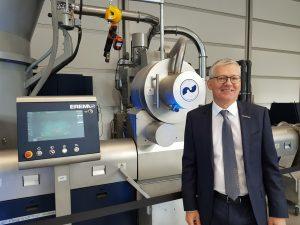 Manfred Hackl freut sich über die knapp 30 Projekte und Endprodukte aus recyceltem Kunststoff, die im Circunomic Center auf der K präsentiert wurden. (Bildquelle: Simone Fischer/Redaktion Plastverarbeiter)