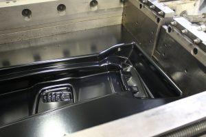 Fertig geformtes Bauteil vor der Entnahme aus dem Werkzeug. (Bildquelle: SE Kunststoffverarbeitung)
