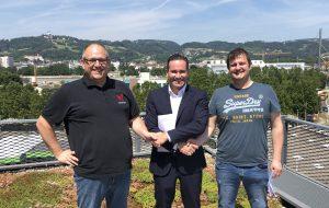 Mario Haidlmair (Mitte) mit den Geschäftsführern von Dataformers Thomas Gratz (links) und Wilfried Mausz nach der Vertragsunterzeichnung Bildquelle: Haidlmair)
