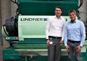 Günter Stephan, Head of Mechanical Recycling bei Borealis Circular Economy Solutions (links) und Stefan Scheiflinger-Ehrenwerth, Head of Product Management bei Lindner (rechts) freuen sich auf weitere gemeinsame Recycling-Projekte. (Bildquelle: Lindner)