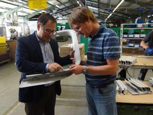 Geschäftsführer Thorsten Eymael (links) und Carsten Mücke, Arbeitsvorbereitung Industrialisierung überprüfen das Spaltmaß an einem montierten Verkleidungsteil. (Bildquelle: Simone Fischer/Redaktion Plastverarbeiter)